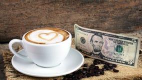 Amour de café avec des coeurs sur le lait, café de Latte Images stock