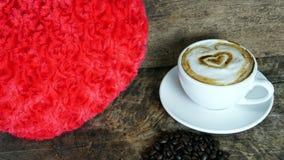 Amour de café avec des coeurs sur le lait, café de Latte Image libre de droits
