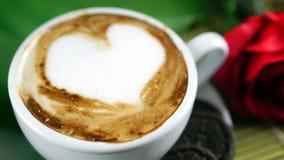 Amour de café avec des coeurs sur le lait, café de Latte Photographie stock libre de droits