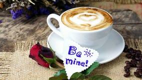 Amour de café avec des coeurs sur le lait, café de Latte Image stock