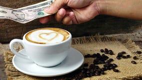 Amour de café avec des coeurs sur le lait, café de Latte Photo stock