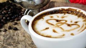 Amour de café avec des coeurs sur le lait, café de Latte Photo libre de droits