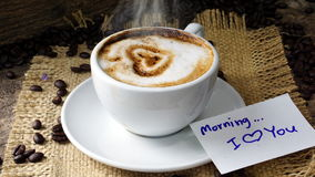 Amour de café avec des coeurs sur le lait, café de Latte Photos stock