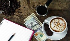Amour de café avec des coeurs sur le lait, café de Latte Photographie stock