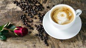 Amour de café avec des roses sur le lait, art de café de Latte Photographie stock