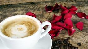 Amour de café avec des roses sur le lait, art de café de Latte Photographie stock libre de droits