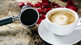 Amour de café avec des roses sur le lait, art de café de Latte Photo stock