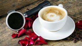 Amour de café avec des roses sur le lait, art de café de Latte Image libre de droits