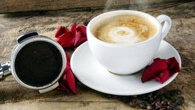 Amour de café avec des roses sur le lait, art de café de Latte Image stock