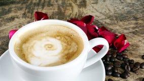Amour de café avec des roses sur le lait, art de café de Latte Photos libres de droits