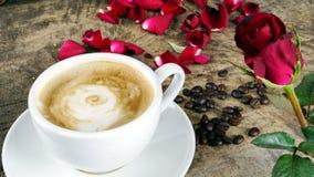 Amour de café avec des roses sur le lait, art de café de Latte Images libres de droits