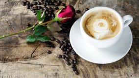 Amour de café avec des roses sur le lait, art de café de Latte Photo libre de droits