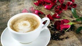 Amour de café avec des roses sur le lait, art de café de Latte Photos stock
