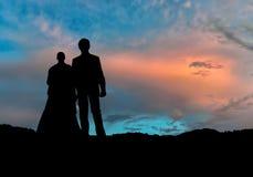 Amour de ciel de silhouette de mariage Photographie stock libre de droits