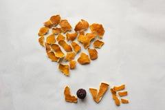 Amour de coeur et de mot fait à partir de la peau d'orange Photo libre de droits