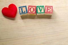 Amour de coeur et de textes sur le fond en bois Photos stock