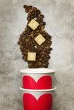 Amour de concept au café Les tasses de papier grises pour des boissons avec le rouge entendent Photos libres de droits