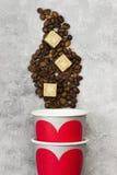 Amour de concept au café Les tasses de papier grises pour des boissons avec le rouge entendent Photographie stock libre de droits