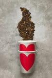 Amour de concept au café Les tasses de papier grises pour des boissons avec le rouge entendent Images libres de droits