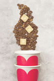 Amour de concept au café Les tasses de papier grises pour des boissons avec le rouge entendent Photo stock
