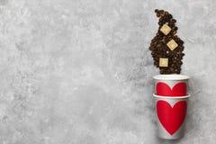 Amour de concept au café Les tasses de papier grises pour des boissons avec le rouge entendent Image libre de droits