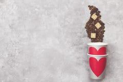 Amour de concept au café Les tasses de papier grises pour des boissons avec le rouge entendent Images stock