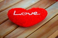 Amour de concept dans le Saint Valentin avec le coeur rouge Photos libres de droits