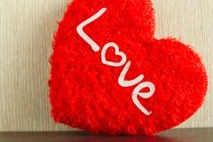 Amour de concept dans le Saint Valentin avec le coeur rouge Photos stock
