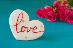 Amour de concept Pain d'épice sous forme de coeur avec l'amour d'inscription Cadeau dans la boîte faites une proposition pour se  Photographie stock