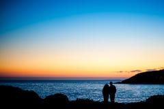 Amour de couples de Sillhouette Photographie stock libre de droits