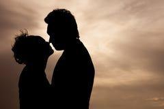 Amour de couples de Sillhouette et heureux Photographie stock libre de droits