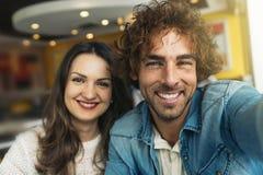 Amour de couples prenant un selfie avec le téléphone portable Photographie stock