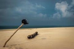 Amour de cyclistes de plage sablonneuse images libres de droits