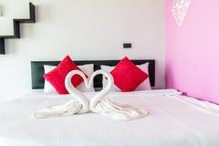 Amour de cygnes formé par serviette Photo stock