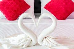 Amour de cygnes formé par serviette Image stock
