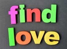 Amour de découverte de mots sur le fond Photos stock
