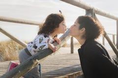 Amour de famille sur le pont en bois de la plage Images stock