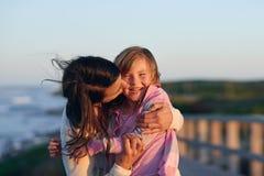 Amour de fille de mère Image libre de droits