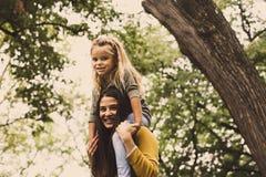 Amour de filles de mère Mère célibataire Photographie stock libre de droits