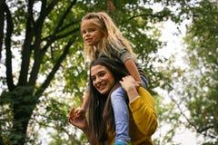 Amour de filles de mère Mère célibataire Photo stock