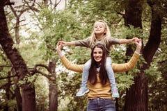 Amour de filles de mère Mère heureuse Photos stock