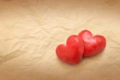 Amour de forme de coeur sur l'espace de copie de fond de texture de papier brun Photo libre de droits