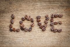 Amour de grain de café sur le plancher en bois Image libre de droits