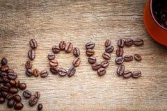 Amour de grain de café sur le plancher en bois Photos libres de droits