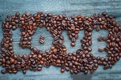 Amour de grain de café sur le plancher en bois Photographie stock libre de droits