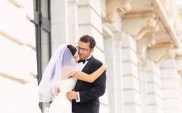 Amour de jeunes mariés Photo stock