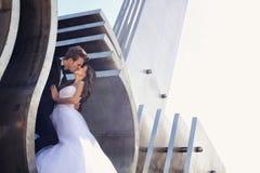Amour de jeunes mariés Images stock