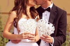 Amour de jeunes mariés Photographie stock libre de droits