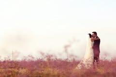 Amour de jeunes mariés Photos stock