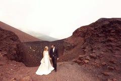 Amour de jeunes mariés sur la montagne Photo stock